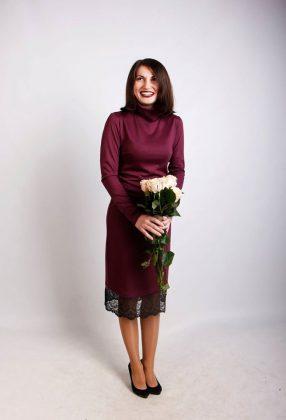 Яна Когутовская в платье цвета марсала