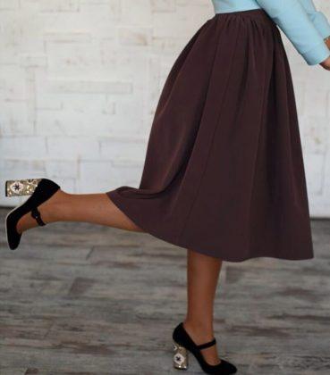 на девушке юбка ниже колен