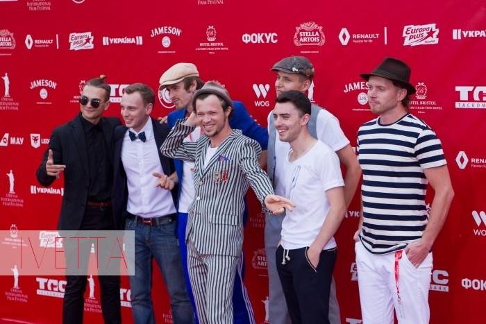 Парни из бойз-бенда Деньги вперед на красной дорожке Одесского кинофестиваля 2015