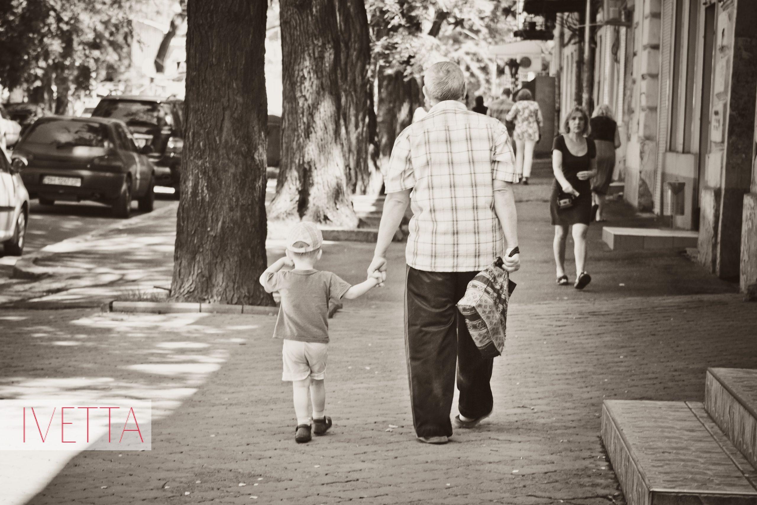 Дедушка с внуком идут по Одессе