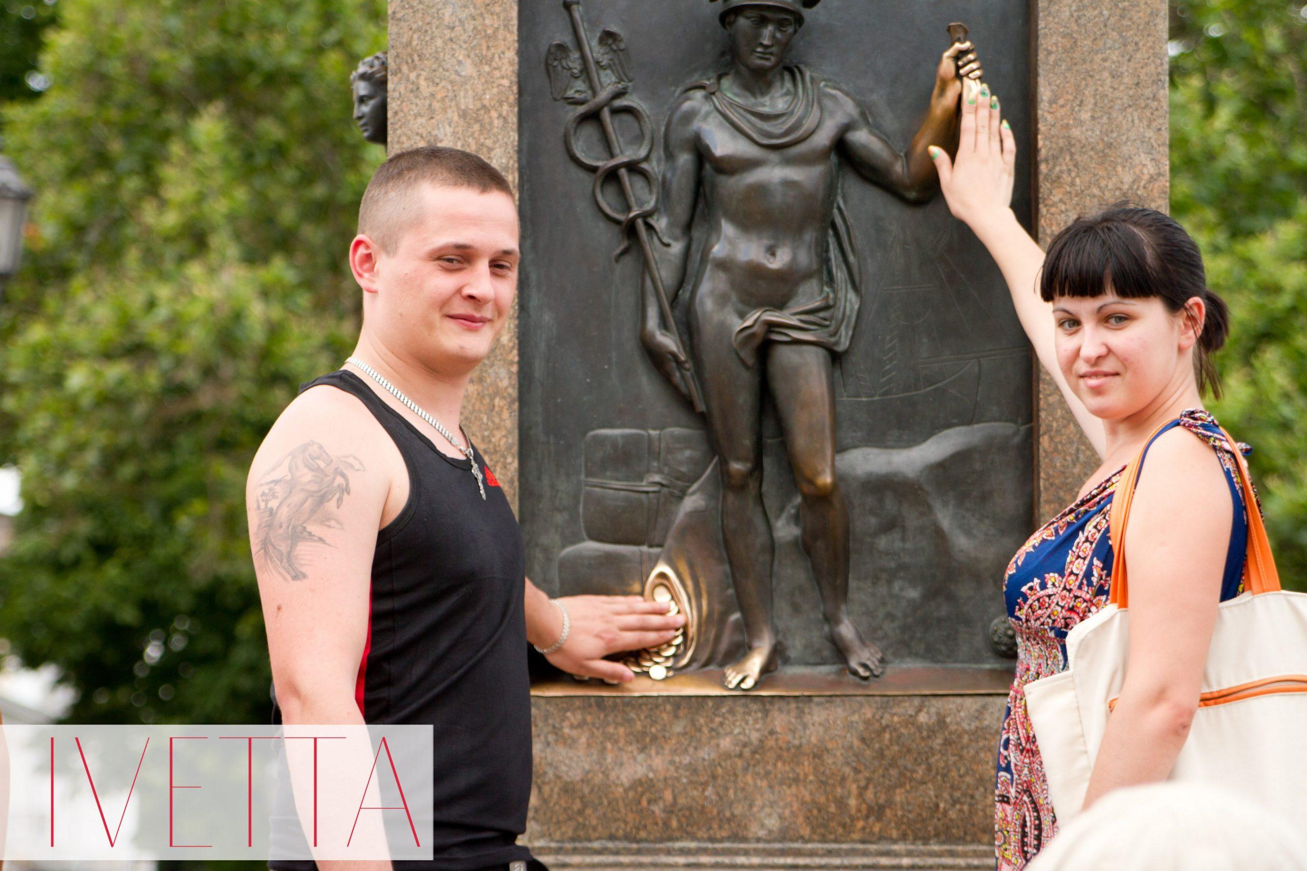 Люди у памятника