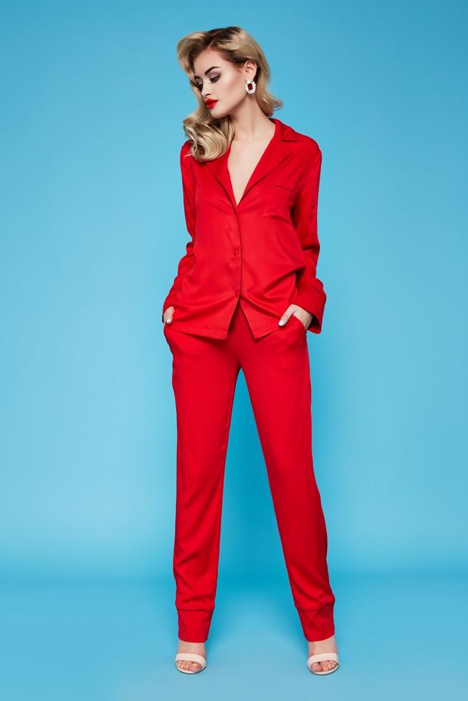 Одежда одинакового цвета зрительно вытягивает тело