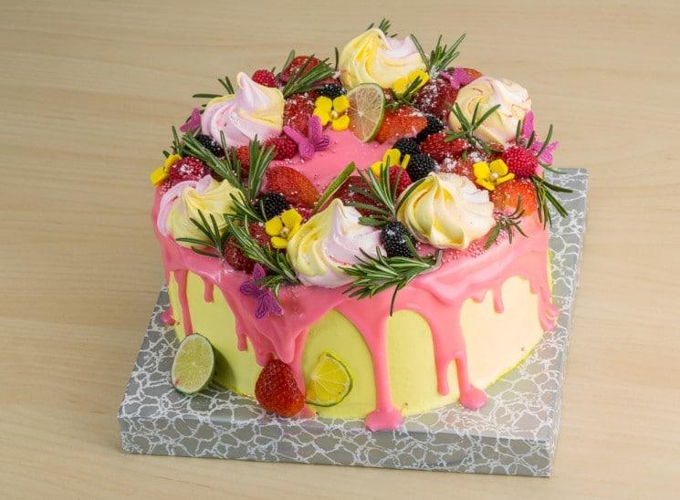 Летний трендовый десерт: глазурованные ягоды и цветы