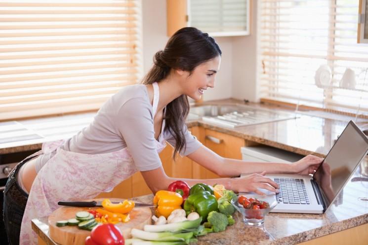 Девушка готовит у компьютера