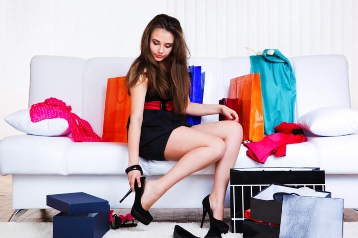 Девушка меряет туфли