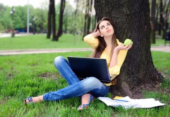 девушка на природе с компьютером