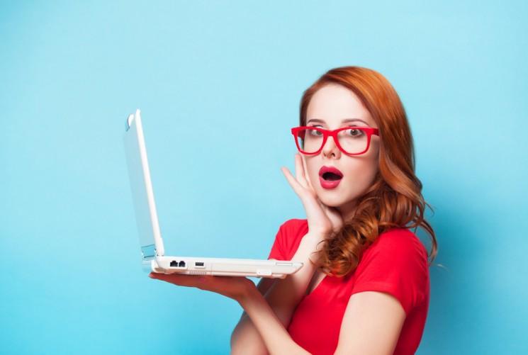 Девушка с компьютером