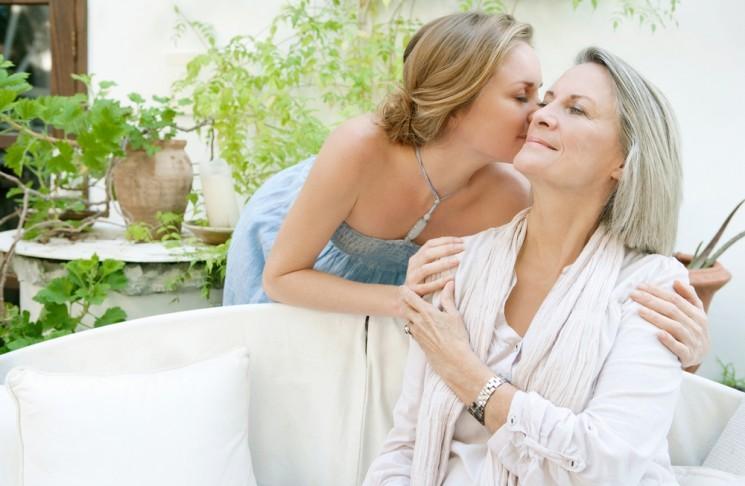 Дочка целует маму