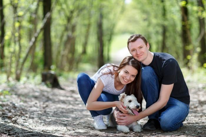 Парень и девушка выгулюют собаку