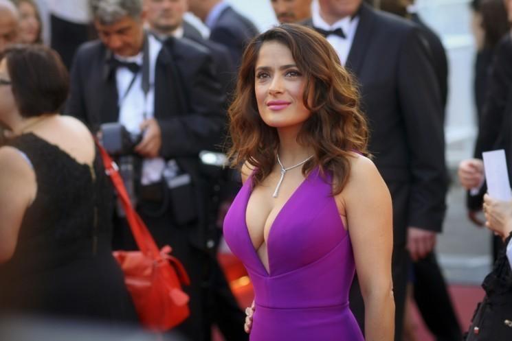 10 знаменитых див шоу-бизнеса с роскошным бюстом - Сальма Хайек