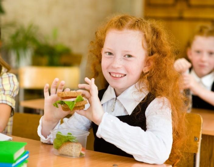 Школьница с бутербродом