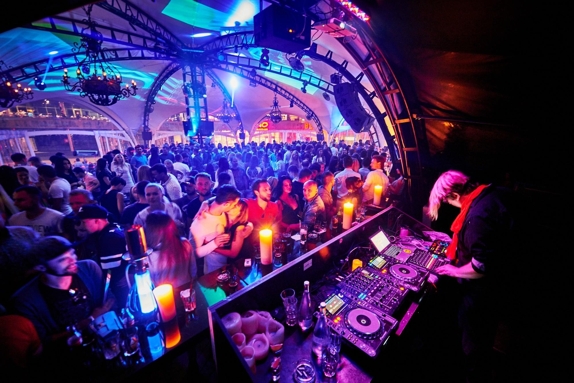Ночные клубы манят тебя видео танцы мужчины в клубе