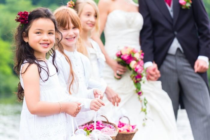 Девочки с корзинками цветов