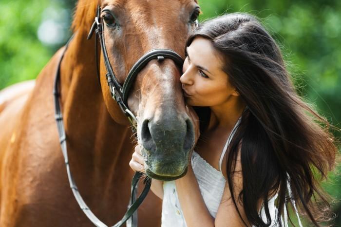Девушка целует лошадь