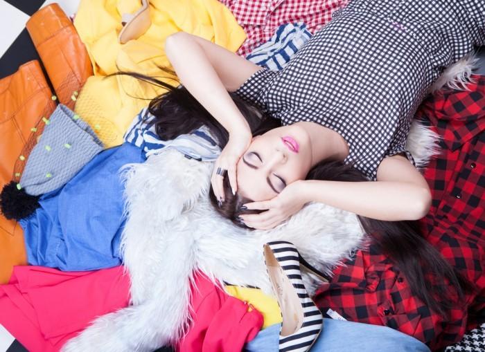 Девушка лежит на одежде
