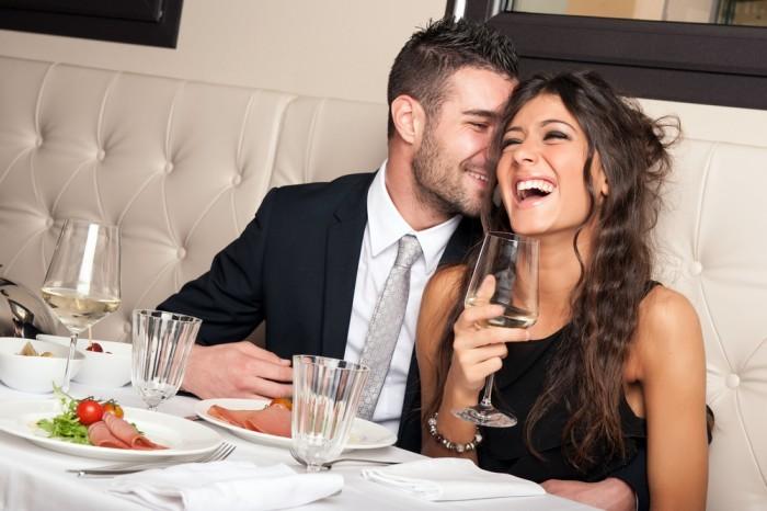 Девушка с парнем смеются