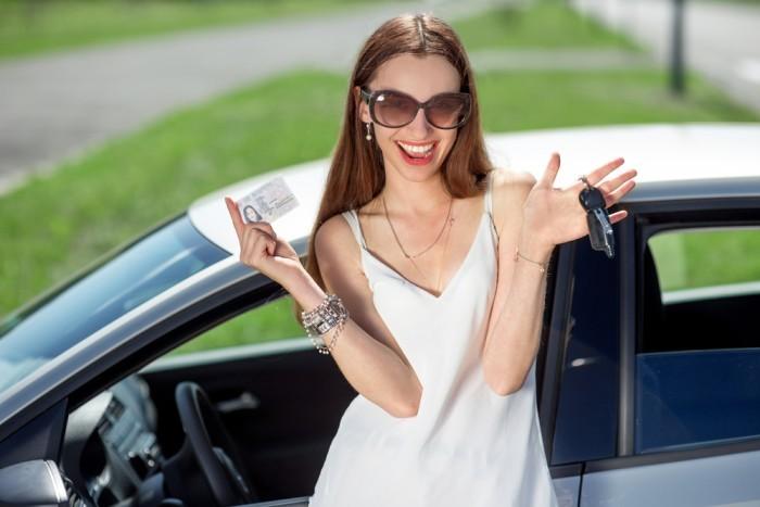 Девушка с правами и ключами от авто