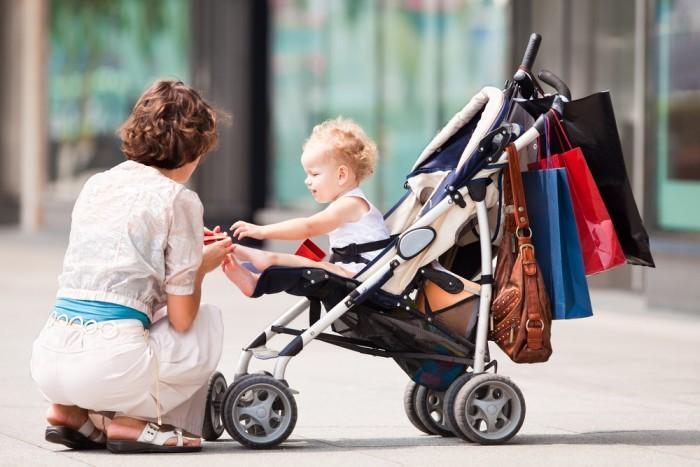 Мама ребенком на прогулке
