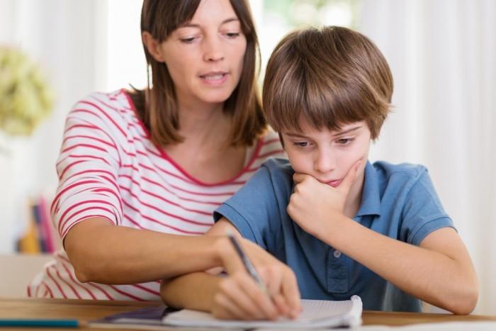 Мама с сыном делает уроки