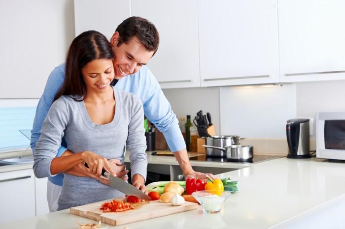 муж помогает жене на кухне