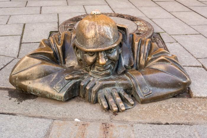 Памятник сантехнику Чумил