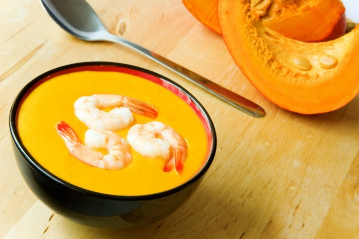 Тайский суп из печеной тыквы с креветками