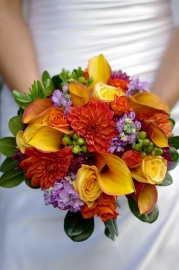 букет невесты из калл, роз и хризантем