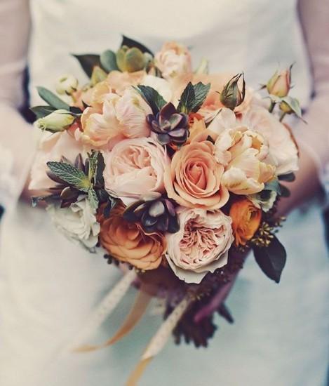 букет невесты из роз в бутонах с пионами и суккулентом