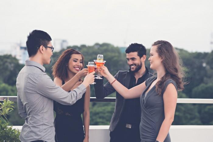 Друзья пьют коктейли и улыбаются