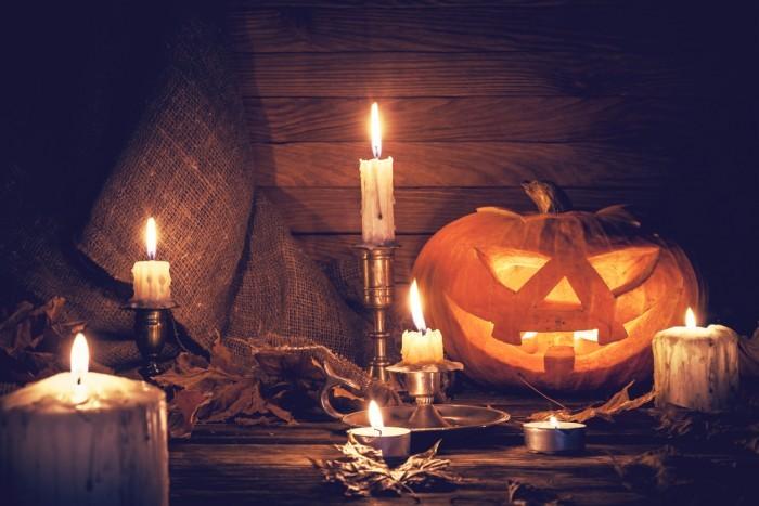 Хэллоуин тыква и горящие свечи
