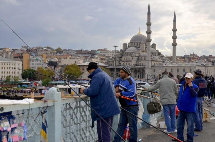 загляни к торговцам возле Галатского моста в Стамбуле