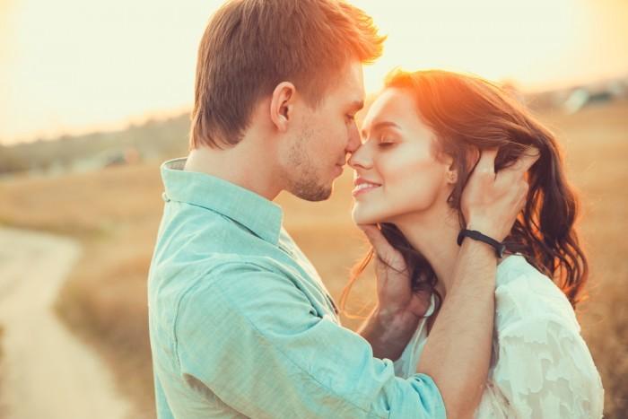 Парень обирается поцеловать девушку