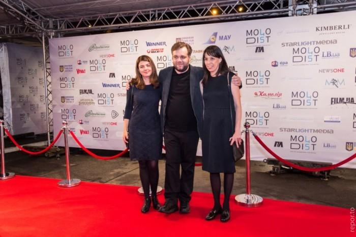 Режиссер уже культового фильма «Племя» Мирослав Слабошпицкий позировал в компании двух милых дам
