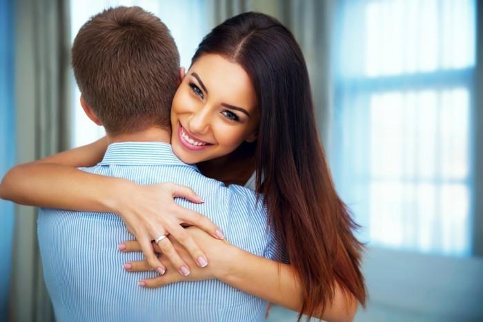 Девушка обняла парня