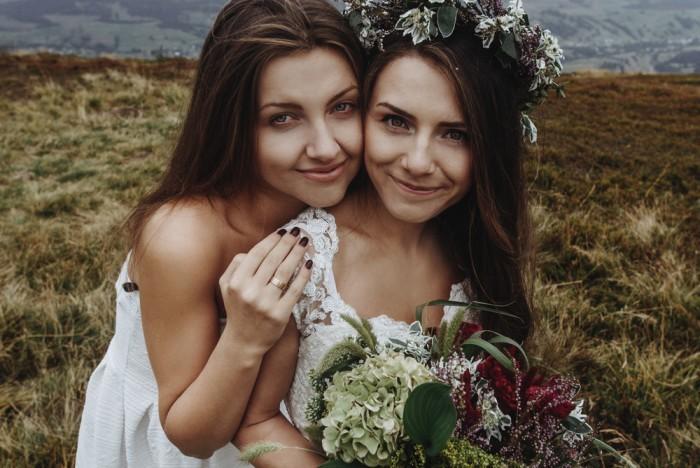Девушки с букетом