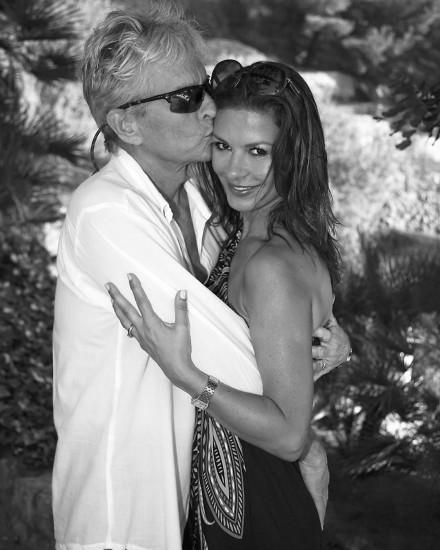 Майкл Дуглас обнимает и целует Кэтрин Зета-Джонс