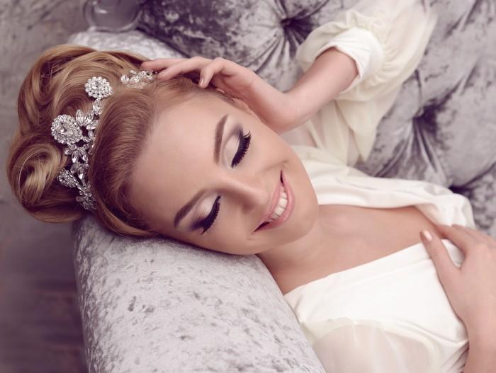 Свадебные аксессуары: диадема, обруч, гребень и заколки для прически невесты
