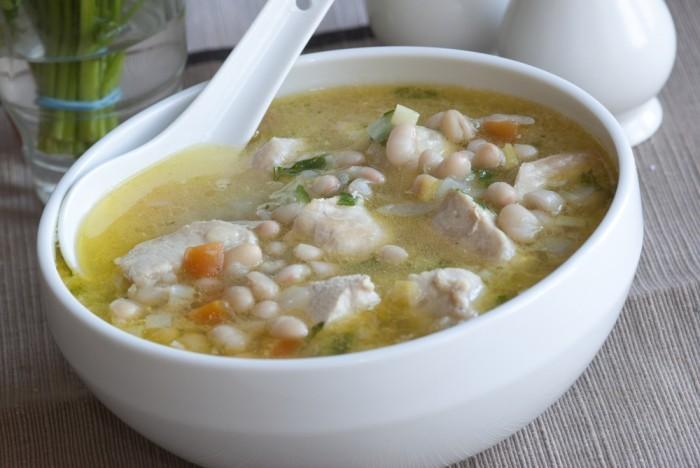 суп из белой фасоли с курицей и шпинатом