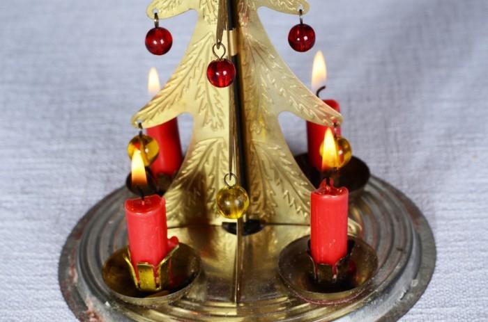 Красные свечи в золотом подсвечнике