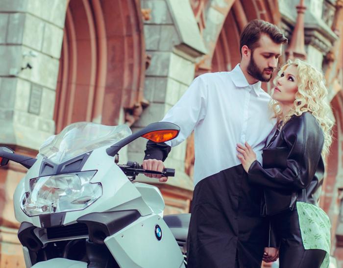 Дуэт Тамерлан и Алена стоят возле мотоцикла