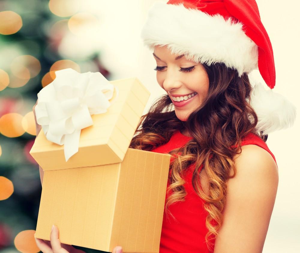 Девушка смотрит подарок
