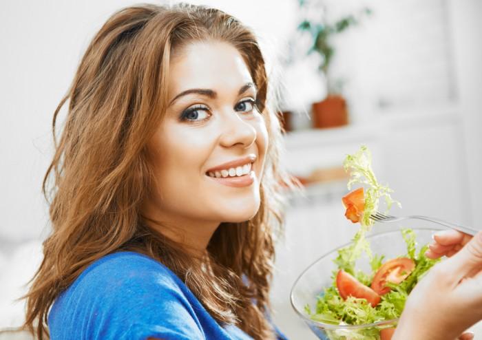 Девушка ест салат