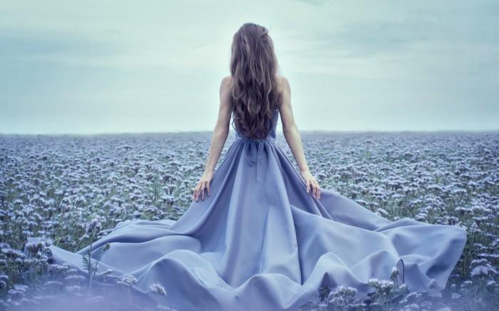 Девушка в голубом - тон безмятежности цвета 2016 года