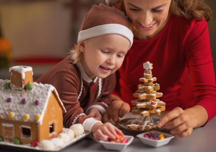 Мама с дочкой кушают имбирное печенье
