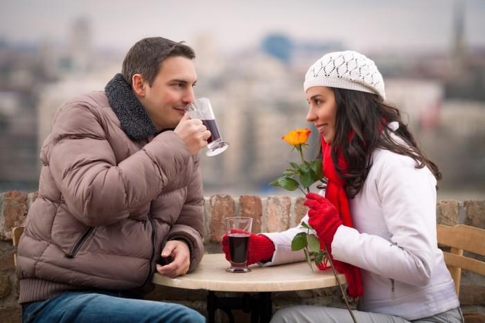 Парень с девушкой пьют глинтвейн
