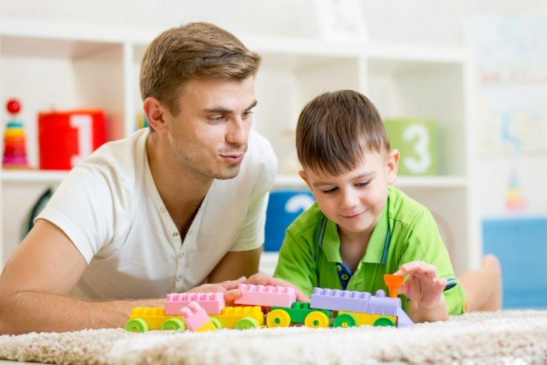 4 способа, как помочь ребенку наладить контакт с новым партнером мамы или папы