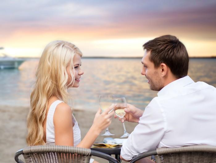 Девушка делает предложение мужчине