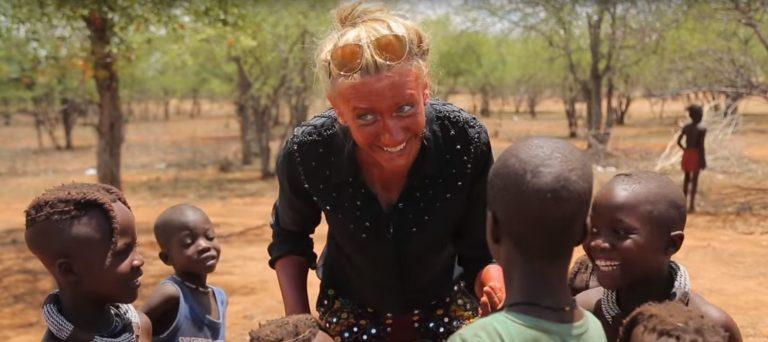 Ведущая тревел-шоу «Орел и решка» Леся Никитюк учит щедровать африканских детей