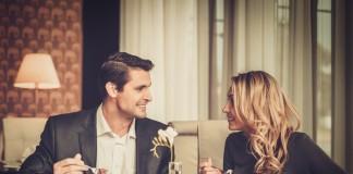 Мужчина и женщина обедают