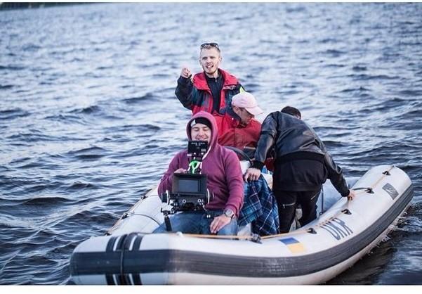 Павел Кильдау в процессе съемок видеоклипа плывет на лодке